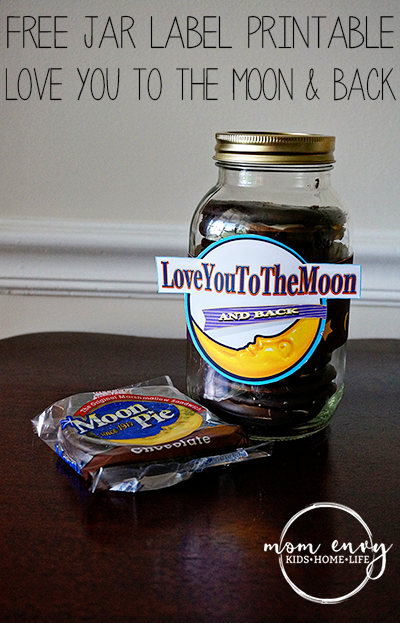Free mason jar gifts. Moon Pie mason jar wrap from Mom Envy.