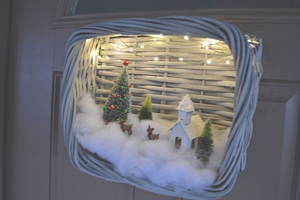 Front Door Christmas Decorations Ideas - 15 amazing ideas to decorate your door for the holidays. Simple DIY Christmas wreaths and more. #christmasdecor #christmaswreaths